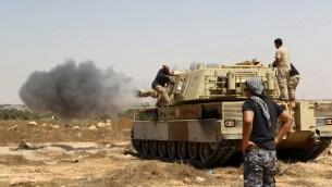 Forces loyales au gouvernement d'unité appuyé par l'ONU dans le centre de Syrte, pendant l'opération de reconquête de la ville, aux mains des groupes djihadistes de l'Etat islamique, le 10 juin 2016. Illustration. (Crédit : Mahmud Turkia/AFP)