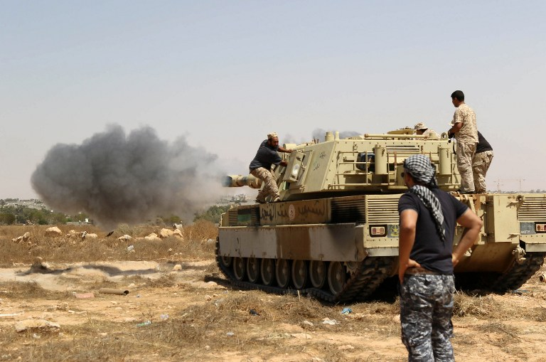 Illustration: Les forces loyales au gouvernement d'unité appuyé par l'ONU ouvrent le feu depuis un tank dans le centre de Syrte vers Ouagadougou alors qu'elles avancent pour tenter de re-capturer la ville aux mains des groupes djihadistes de l'Etat islamique, le 10 juin 2016 (Crédit :MAHMUD TURKIA/AFP)