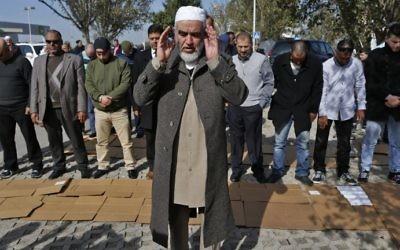 Le cheikh arabe israélien Raed Saleh, chef de la Branche nord du Mouvement islamique en Israël, un mouvement radical, avec ses partisans à Umm al-Fahm, après sa libération de prison, le 17 janvier 2017. (Crédit : Ahmad Gharabli/AFP)