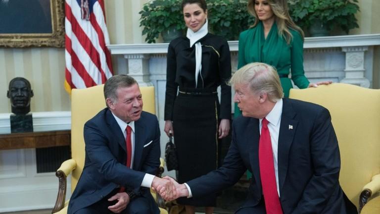 Le président américain Donald Trump, à droite, et le roi Abdallah II de Jordanie, devant leurs épouses, Melania Trump et la reine Rania, dans le Bureau ovale, le 5 avril 2017. (Crédit : Nicholas Kamm/AFP)