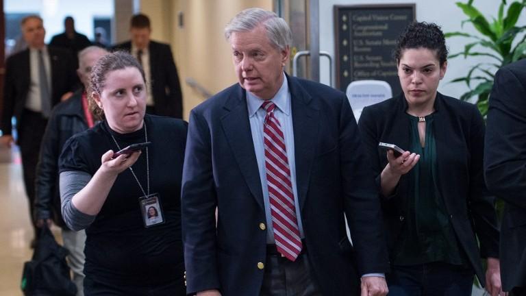 Le sénateur républicain américain Lindsey Graham s'adresse aux journalistes après une séance d'information à huit-clos du chef d'état-major , le général Joseph Dunford, au Capitole le 7 avril 2017 (Crédit :/Nicholas Kamm/AFP PHOTO)