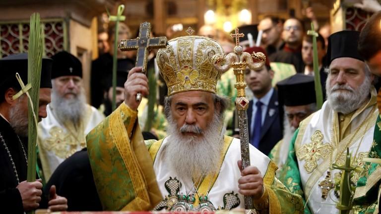 Le patriarche grec orthodoxe de Jérusalem Théophile III à la procession des rameaux de Pâques à l'église du Saint sépulcre, dans la Vieille ville de Jérusalem, le 9 avril 2017 (Crédit : Gali Tibbon/AFP PHOTO)