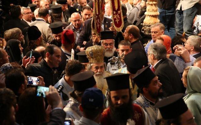 Théophile III, patriarche grec orthodoxe de Jérusalem, pendant la cérémonie de Pâques au sein de l'église du Saint-Sépulcre, à Jérusalem, le 15 avril 2017. (Crédit : Gali Tibbon/AFP)