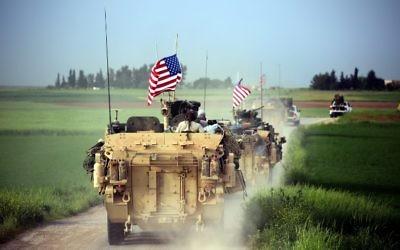 Forces américains, accompagnées des Unités de protection du peuple kurdes (YPG), près du village de Darbasiya, dans le nord de la Syrie, le 28 avril 2017. (Crédit : Delil Souleiman/AFP)