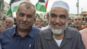 Raed Saleh, à droite, chef de la Branche nord du Mouvement islamique, et l'ancien député arabe Mohammad Barakeh pendant une manifestation à Sakhnin, le 13 octobre 2015. (Crédit : Jack Guez/AFP)