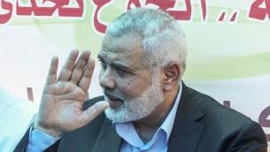 Le président du Hamas, nouvellement élu, Ismail Haniyeh, lors d'une manifestation soutenant les prisonniers palestiniens qui font une grève de la faim dans les prisons israéliennes, dans la ville de Gaza, le 8 mai 2017 (Crédit : AFP / Mahmud Hams)