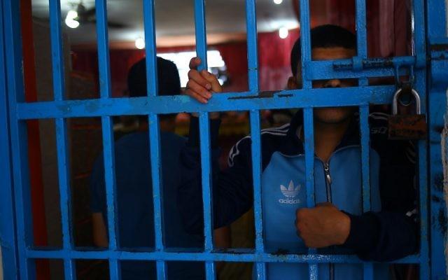 Un toxicomane derrière les barreaux d'une prison du Hamas, à Gaza Ville, le 10 mai 2017.  (Crédit : Mohammed Abed/AFP)