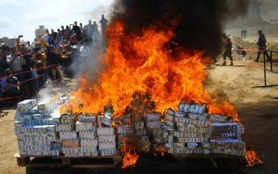 Mise à feu, par le Hamas, du cannabis et des médicaments confisqués depuis le début de l'année, le 11 mai 2017. (Crédit : Mohammed Abed/AFP)