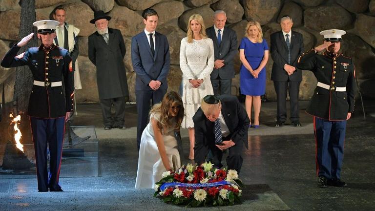 Le président américain Donald Trump et son épouse Melania Trump déposent une gerbe de fleurs au mémorial de la Shoah Yad Vashem, à Jérusalem, le 23 mai 2017.(Crédit : MANDEL NGAN / AFP)