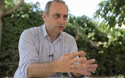Moshe Farchi, fondateur et dirigeant des études sur le stress, le traumatisme et la résilience au Tel-Haï College, à Tel Aviv, le 6 juin 2017. (Crédit : Jack Guez/AFP)