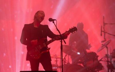 Thom Yorke de Radiohead en concert le 23 juin 2017. (Crédit : Oli Scarff/AFP)