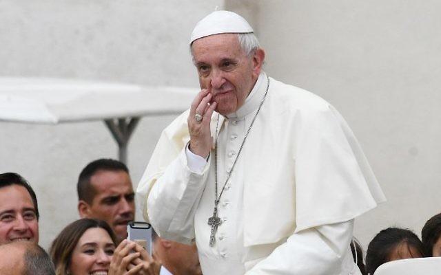 Le pape François dans la papamobile alors qu'il arrive pour son audience générale hebdomadaire sur la place Saint-Pierre du Vatican, le 28 juin 2017. (Crédit : Vincenzo Pinto/AFP)