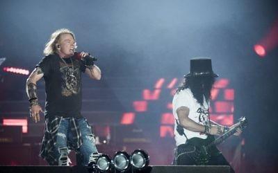Axl Rose (à gauche), leader du groupe de rock Guns N 'Roses, avec le groupe Slash au Parken Stadium, Copenhague, Danemark, le 27 juin 2017 (Crédit : AFP / Mads Joakim Rimer Rasmussen)