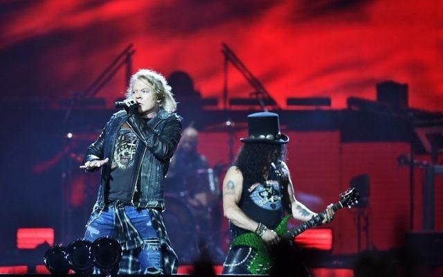 Axl Rose, à gauche, chanteur, et Slash, guitariste du groupe américain Guns N' Roses, en concert à Stockholm, en Suède, le 29 juin 2017. (Crédit : Vilhelm Stokstad/TT News Agency/AFP)