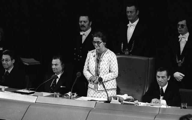 Simone Veil, au centre, pendant la première session du parlement européen, à Strasbourg, le 17 juillet 1979. (Crédit : AFP/STR)