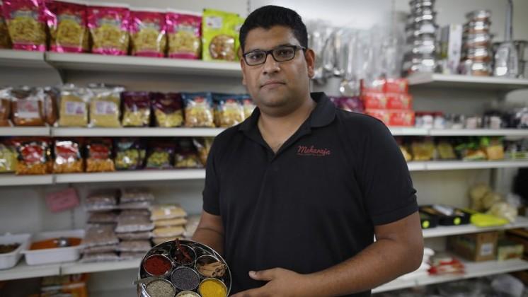 Elazar Ashtivker, propriétaire du restaurant indien à Ramla, au sud de Tel Aviv, pose avec des épices indiennes, le 2 juillet 2017, alors que la communauté juive indienne se prépare à l'arrivée du Premier ministre indien en Israël .(Crédit : AFP/ MENAHEM KAHANA)