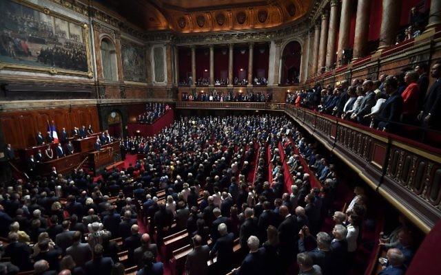 Les membres du Sénat et de l'Assemblée nationale observent une minute de silence en hommage à Simone Veil au Palais de Versailles, le 3 juillet 2017. (Crédit : AFP PHOTO / POOL / Eric FEFERBERG)