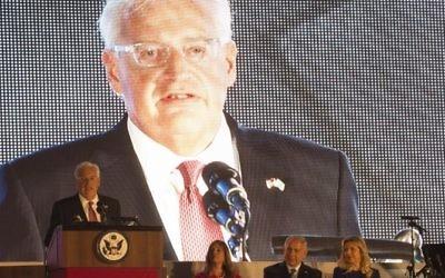 L'ambassadeur américain David Friedman, à gauche, lors des des festivités de l'Indépendance des Etats-Unis, à la résidence de l'ambassadeur, à Herzilya Pituah le 3 juillet 2017. (Crédit : AFP / Heidi Levine)