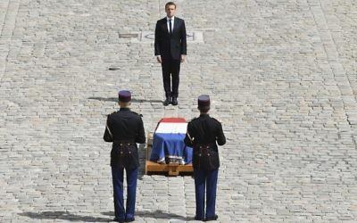Emmanuel Macron rend hommage à Simone Veil, aux Invalides, à Paris, le 5 juillet 2017. (Crédit : AFP PHOTO / ALAIN JOCARD