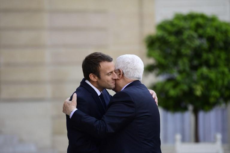 Emmanuel Macron et Mahmoud Abbas à l'Élysée le 5 juillet 2017 (Crédit : AFP / Martin BUREAU)