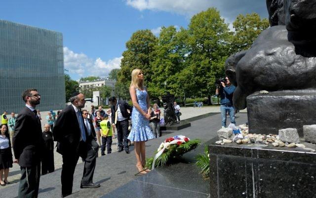 Ivanka Trump e Michael Schudrich, grand rabbin de Pologne, 2e à gauche, devant le monument aux héros du ghetto de Varsovie, le 6 juillet 2017. (Crédit : Przemyslaw Piatkowski/PAP/AFP)