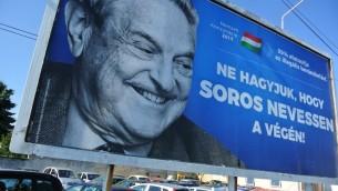 Une affiche de la campagne du gouvernement hongrois contre le milliardaire juif américain George Soros, à Szekesfehervar, le 6 juillet 2017. (Crédit : Attila Kisbenedek/AFP)
