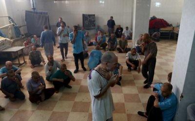 Des patients syriens dans une chambre dans un hôpital psychiatrique - la seule installation de ce genre dans le nord de la Syrie - dans la ville d'Azaz, près de la frontière avec la Turquie, le 6 juillet 2017 (Crédit : AFP PHOTO / Nazeer al-Khatib)