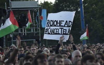 Des manifestants pro-palestiniens protestent contre le concert prévu par Radiohead à Tel Aviv alors que le groupe occupe la scène principale du festival TRNSMT de Glasgow, le 7 juillet 2017 (Crédit :  Andy Buchanan/Digital/AFP)
