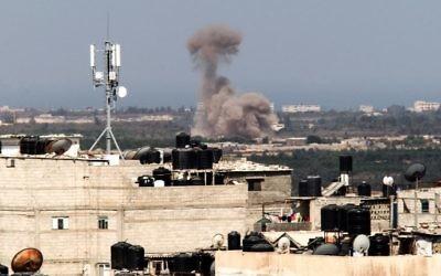 Une photo prise depuis la frontière de Rafah au sud de la bande de Gaza avec l'Egypte montre de la fumée s'élever dans le nord du Sinaï égyptien le 8 juillet 2017 (Crédit : Said Khatib/AFP)