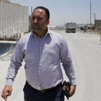 Issa Amro, militant palestinien, avant le début de son procès à la cour de justice militaire d'Ofer, à Betunia, près de Ramallah, en Cisjordanie, le 9 juillet 2017. (Crédit : Abbas Momani/AFP)