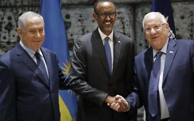 Paul Kagame, président du Rwanda, au centre, avec le président Reuven Rivlin, à droite, et le Premier ministre Benjamin Netanyahu, à la résidence officielle du président, à Jérusalem, le 10 juillet 2017. (Crédit : Thomas Coex/AFP)
