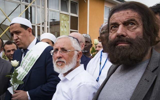 Marek Halter (d), Jacob Monsonégo, Hassen Chalgoumi (2nd g) devant l'école Ohr Torah, où Mohamed Merah a assassiné le rabbin Jonathan Sandler et deux de ses enfants, Gabriel, 3 ans, et Aryeh, 6 ans ainsi qu'une autre petite fille de 8 ans, Myriam Monsonégo en mars 2012, le 12 juillet 2017 à Toulouse, (Crédit : AFP / Eric CABANIS)