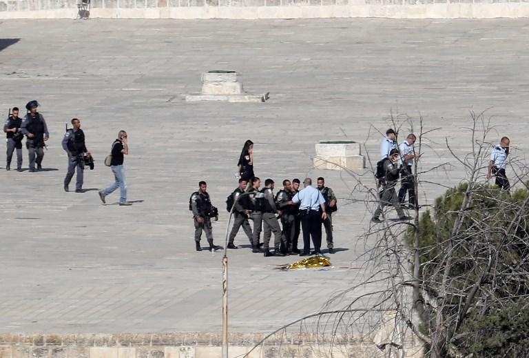 Les forces de sécurité israéliennes inspectent le site d'un attentat dans la Vieille ville de Jérusalem le 14 juillet 2017 (Crédit : (Thomas COEX/AFP PHOTOS)