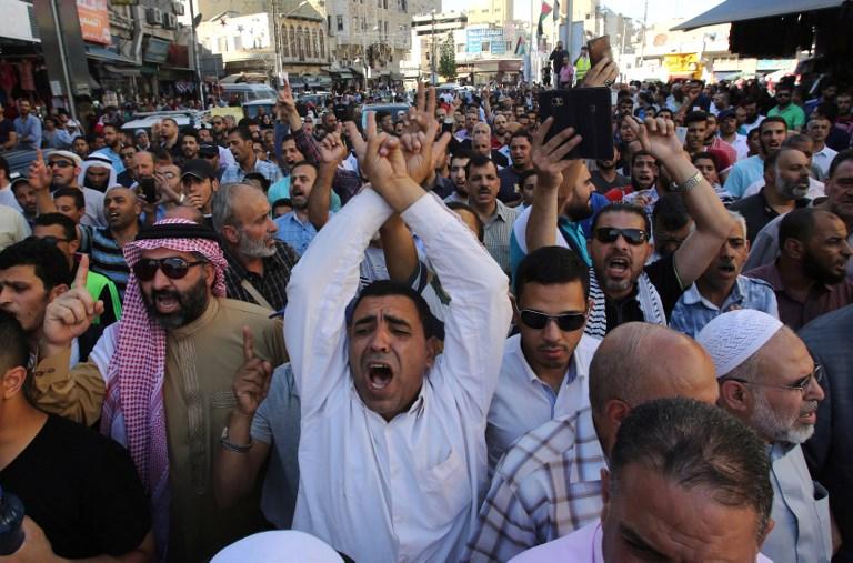 Les manifestants scandent des slogans dans la capitale jordanienne d'Amman le 15 juillet 2017 durant une manifestation contre la fermeture du mont du Temple à Jérusalem, fermée un jour plus tôt par les forces de sécurité après la mort de deux policiers israéliens sous les balles de trois hommes armés arabes dans la Vieille ville (Crédit : / KHALIL MAZRAAWI/AFP PHOTO )