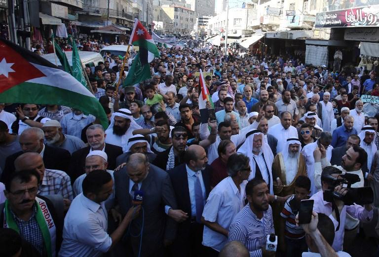 Manifestation contre la fermeture du mont du Temple après la mort de deux policiers israéliens sous les balles de trois terroristes arabes dans la Vieille Ville, à Amman le 15 juillet 2017. (Crédit : Khalil Mazraawi/AFP)