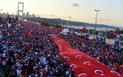 Manifestation de soutien au président turc Recep Tayyip Erdogan; un an après la tentative de coup d'état, à Istanbul, le 15 juillet 2017. (Crédit : Yasin Akgul/AFP)