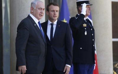 Le président français Emmanuel Macron, à droite, avec le Premier ministre Benjamin Netanyahu au palais de l'Elysée, à Paris, le 16 juillet 2017. (Crédit : Geoffroy van der Hasselt/AFP)