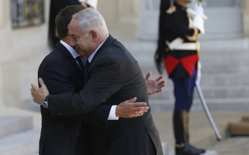 Le Premier ministre Benjamin Netanyahu avec le président français Emmanuel Macron sur le perron de l'Élysée, à Paris, le 16 juillet 2017. (Crédit : Geoffroy van der Hasselt/AFP)
