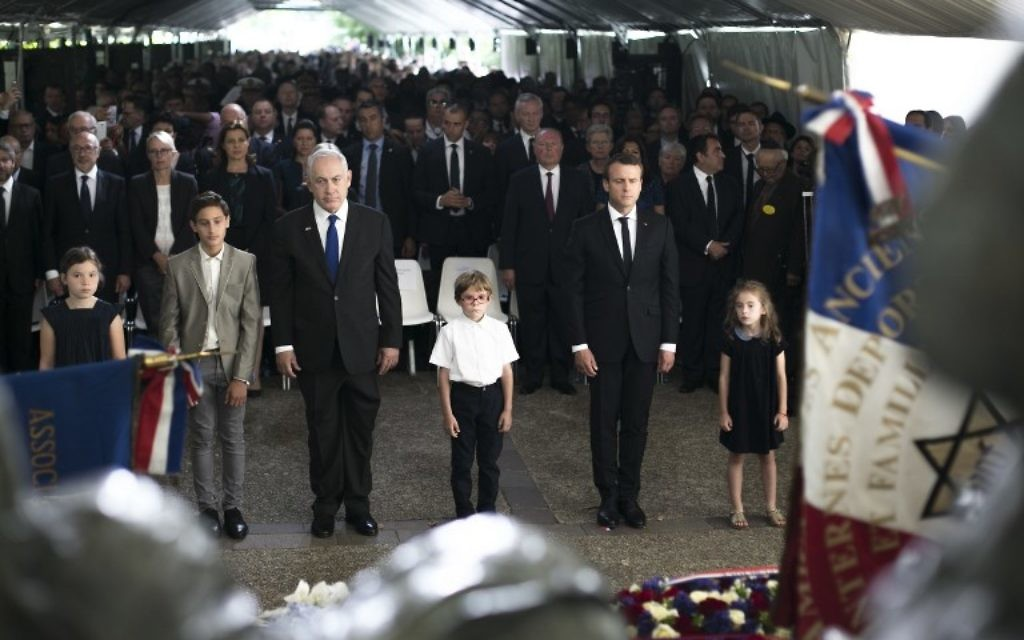 Le Premier ministre Benjamin Netanyahu et le président français Emmanuel Macron pendant la cérémonie de commémoration du 75e anniversaire de la rafle du Vél' d'Hiv', à Paris, le 16 juillet 2017. (Crédit : Kamil Zihnioglu/Pool/AFP)