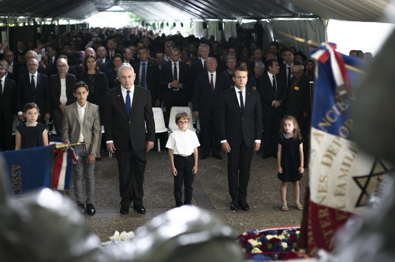 Benjamin Netanyahu et Emmanuel Macron au 75e anniversaire de la rafle du Vel d'Hiv, le 16 juillet 2017 (Crédit : AFP PHOTO / POOL / Kamil Zihnioglu)