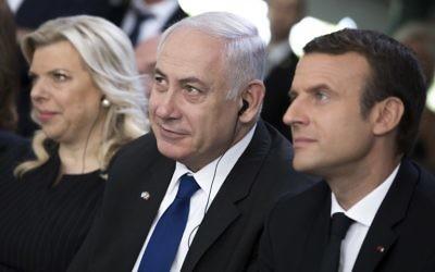 De gauche à droite : Sara Netanyahu, le Premier ministre Benjamin Netanyahu et le président français Emmanuel Macron au 75e anniversaire de la rafle du Vél' d'Hiv', à Paris, le 16 juillet 2017. (Crédit : Kamil Zihnioglu/Pool/AFP)