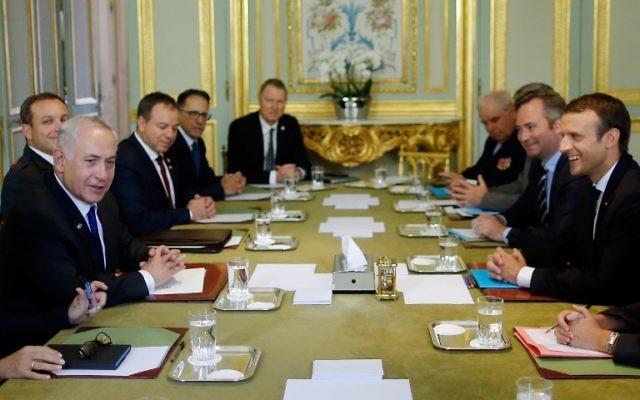 Le président français Emmanuel Macron, à droite, avec le Premier ministre Benjamin Netanyahu au palais de l'Elysée à Paris, le 16 juillet 2017. (Crédit : Stéphane Mahé/Pool/AFP)