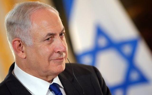 Le Premier ministre Benjamin Netanyahu lors d'une conférence de presse conjointe avec le président français au palais de l'Elysée à Paris, le 16 juillet 2017 (Crédit :  STEPHANE MAHE/POOL/AFP PHOTO)