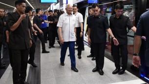 Le Premier ministre de Malaisie Najib Razak, au centre, pendant l'inauguration d'une ligne de chemin de fer à Kuala Lumpur, le 17 juillet 2017. (Crédit : Mohd Rasfan/AFP)