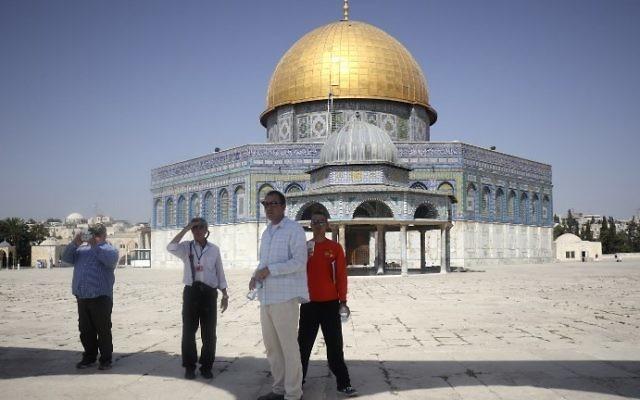 Des touristes sur le mont du Temple, dans la Vieille Ville de Jérusalem, le 17 juillet 2017. (Crédit : Thomas Coex/AFP)