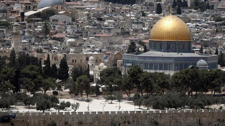 Une photo prise le 17 juillet 2017 montre le complexe du mont du Temple dans la Vieille ville de Jérusalem (Crédit : AFP Photo/Thomas Coex)