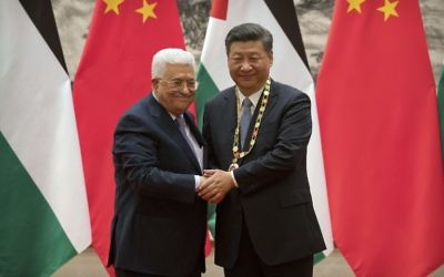 Le président de l'Autorité palestinienne Mahmoud Abbas et le président chinois, à Pékin, le 18 juillet 2017. (Crédit : AFP PHOTO / POOL / Mark Schiefelbein)
