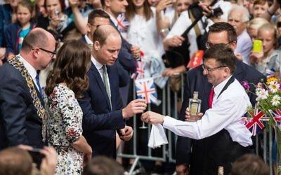 Le prince William Duc de cambridge et son épouse Kate, Duchess de Cambridge, avec le maire de la ville de Gdansk, Rawel Adamowicz, au marché de Gdansk, le 18 juillet 2017. (Crédit : Wojtek Radwanski / AFP)