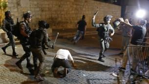 Affrontements entre forces de sécurité israéliennes et manifestants palestiniens devant la porte des Lions de la Vieille Ville de Jérusalem, le 18 juillet 2017. (Crédit : Ahmad Gharabli/AFP)