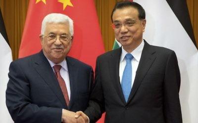 Mahmoud Abbas, à gauche, président de l'Autorité palestinienne, avec le président chinois Xi Jinping à Pékin, le 18 juillet 2017. (Crédit : Mark Schiefelbein/Pool/AFP)